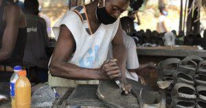 Nghệ nhân Zimbabwea biến lốp xe hơi cũ thành những đôi dép độc đáo